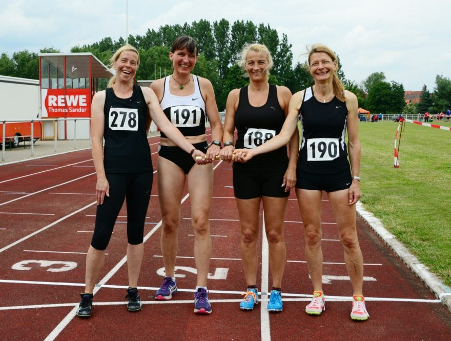 Platz 1 für Alex, Susanne, Gabi und Sonja mit der Staffel über 4x100 m. (Foto: Manfred Arnd)