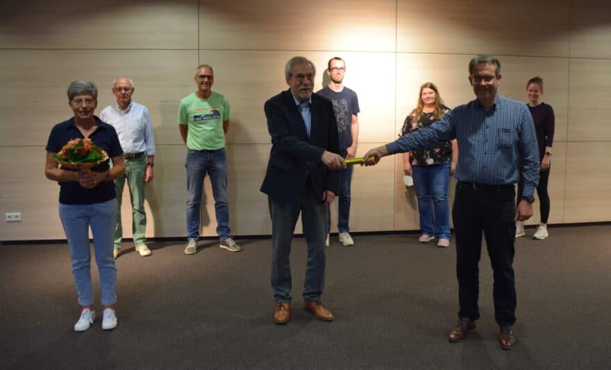 Bild des neuen Vorstands der TSV Burgdorf und Staffelübergabe des ersten Vorsitzes von Ulrich Karos an Jörg Krahl.
